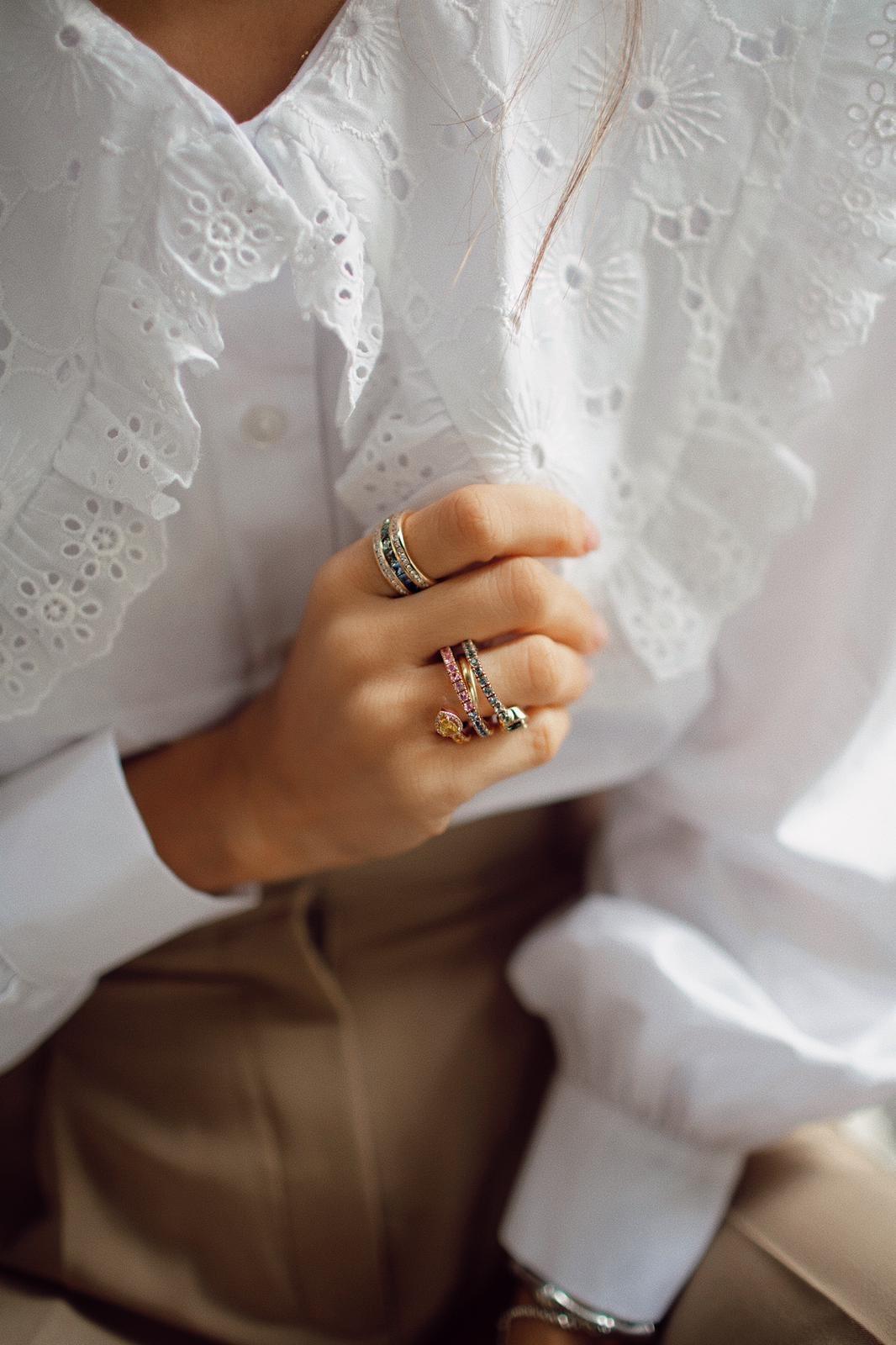 Detalle del anillo de zafiros de María Fernandez Rubies.