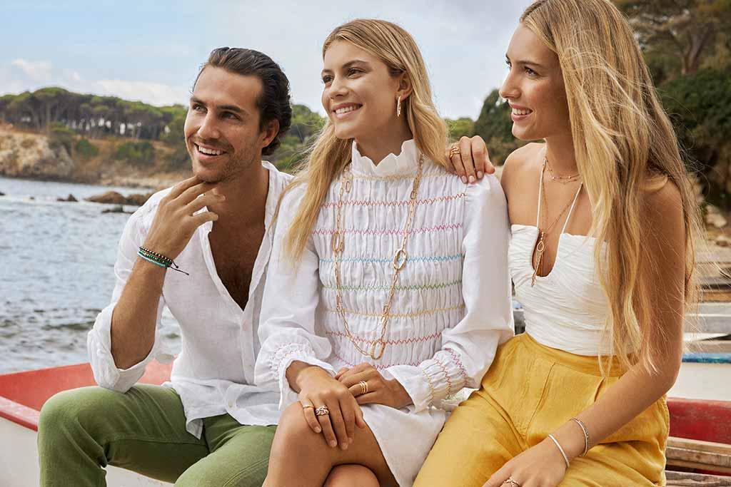 Daniela y Martina Sveding Figo posando con joyas RABAT junto a Gerard Sabé en Ibiza