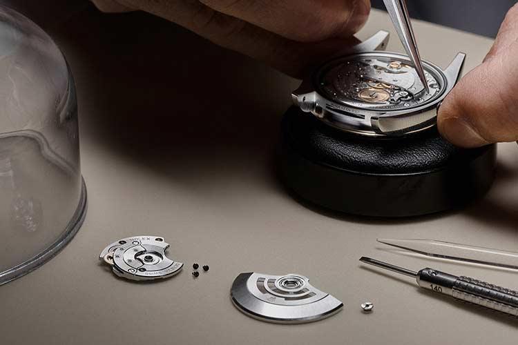 Relojero certificado por Rolex trabajando