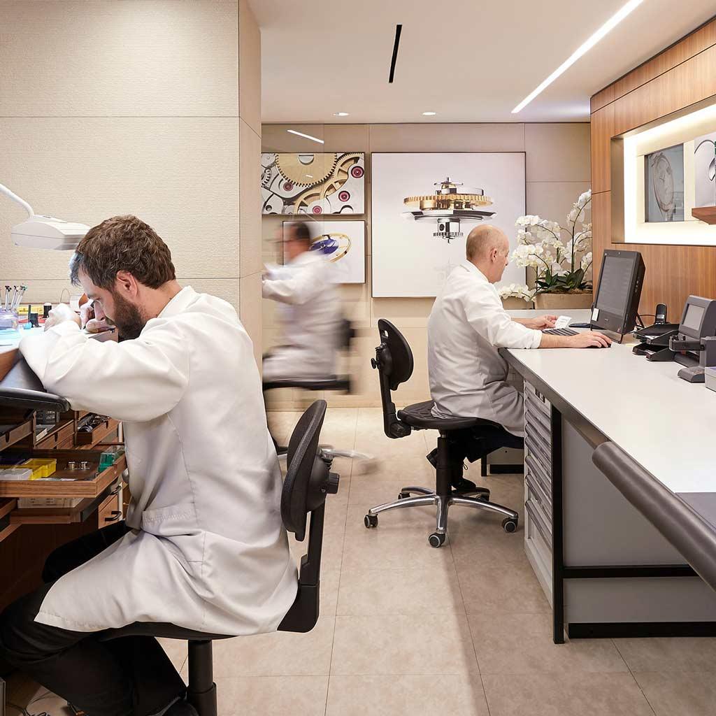 Relojeros en el servicio técnico de Rolex